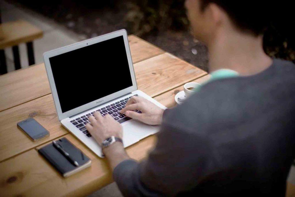 10 tipos de publicidad online que necesitas conocer: SEM (Search Engine Maketing) o marketing en buscadores, es un tipo de publicidad online en el que pagas por aparecer posicionado en primer lugar en una búsqueda.