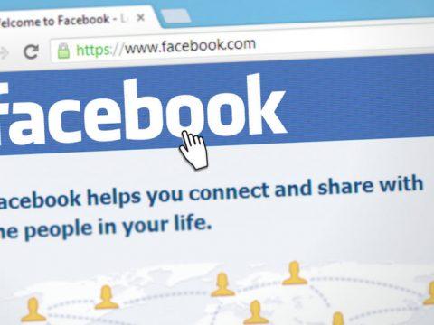 pantallazo de ordenador con la home de facebook
