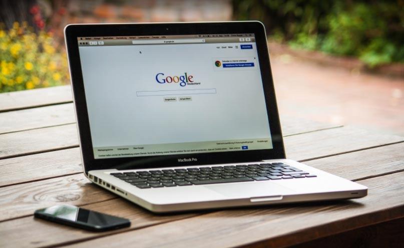 ordenador portátil con el navegador de google abierto en una pestaña