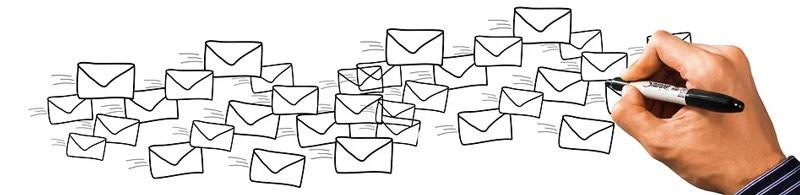 creativo con muchos sobres en blanco que simbolizan el envío masivo de emails