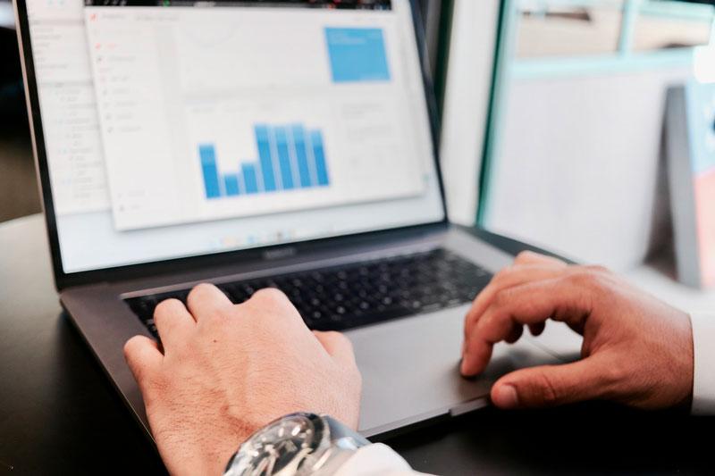 Persona trabajando con un ordenador.
